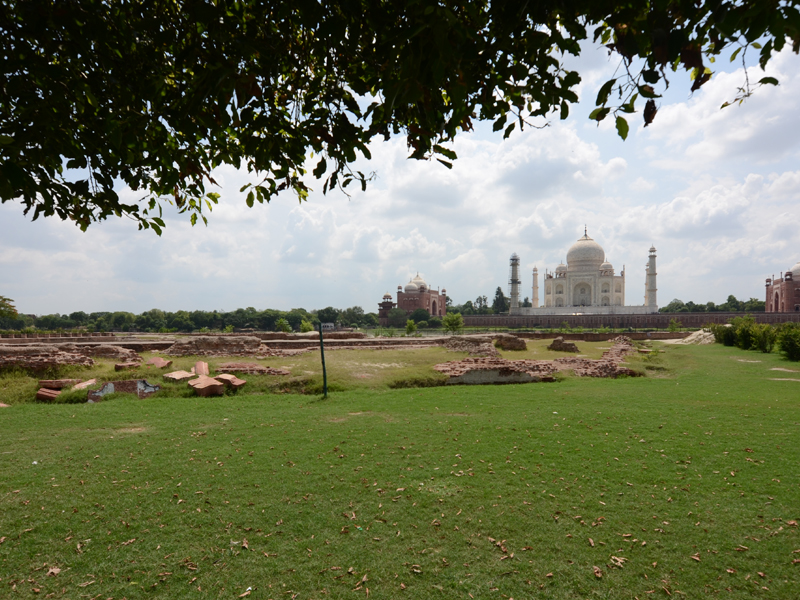 Beautiful Taj with its Surroundings